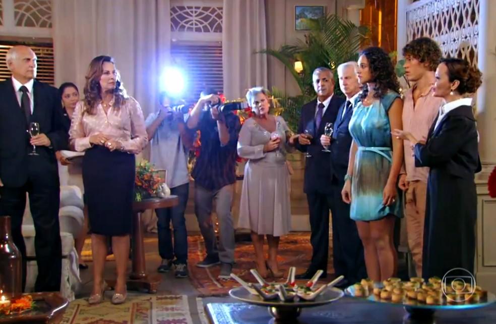 Guiomar (Cláudia Netto) leva Candinho (José Loreto) à mansão e anuncia em um evento que ele é o filho caçula de que Dionísio (Sérgio Mamberti) - 'Flor do Caribe'  — Foto: Globo