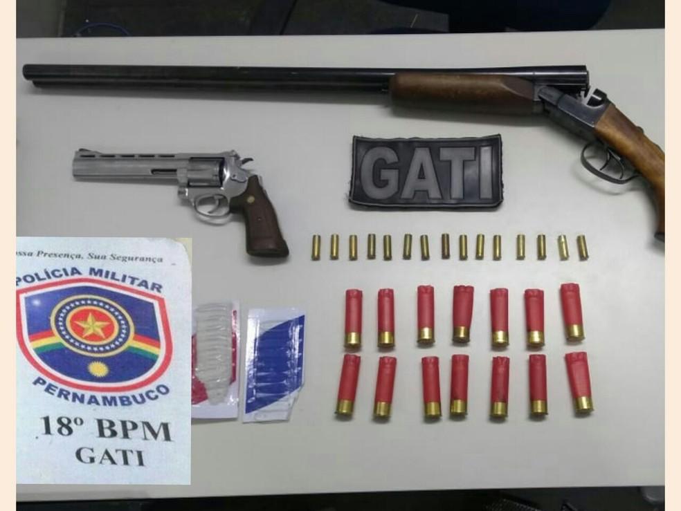 O suspeito usava uma espingarda calibre 12 de dois canos e um revólver calibre 38, que foram apreendidos pela polícia (Foto: PMPE/Divulgação)