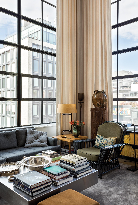 Living: Os sofás e almofadas são Studio Mellone. A mesa de centro é de Willy Rizzo e a cadeira Adirondack foi repaginada (Foto: divulgação)