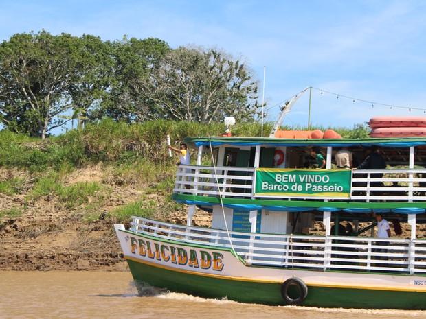Tocha percorre o Rio Madeira no barco da Felicidade, em Porto Velho (Foto: Hosana Morais/G1)