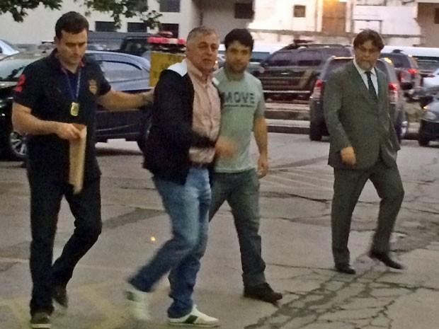 Paulo Roberto Costa chega para prestar depoimento na sede da Polícia Federal do Rio, acompanhado do advogado Nélio Machado (Foto: Marcelos Elizardo / G1)