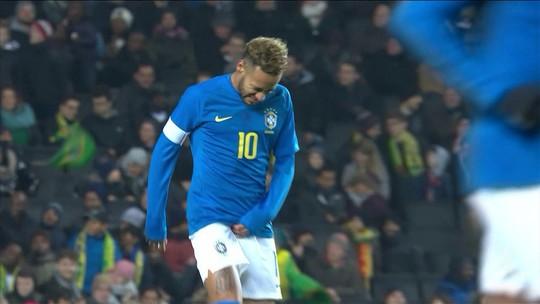 """Neymar minimiza lesão que o tirou de vitória sobre Camarões: """"Acho que não foi nada grave"""""""