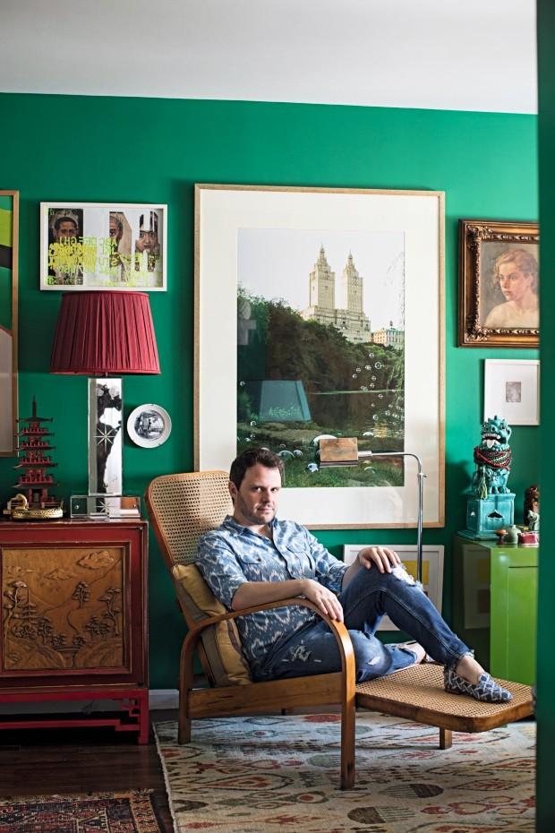 Morador. Luiz Otávio na chaise da manufatura Gerdau, dos anos 1950. A grande foto na parede é de Gustavo von Ha (Foto: Gui Morelli / Editora Globo)