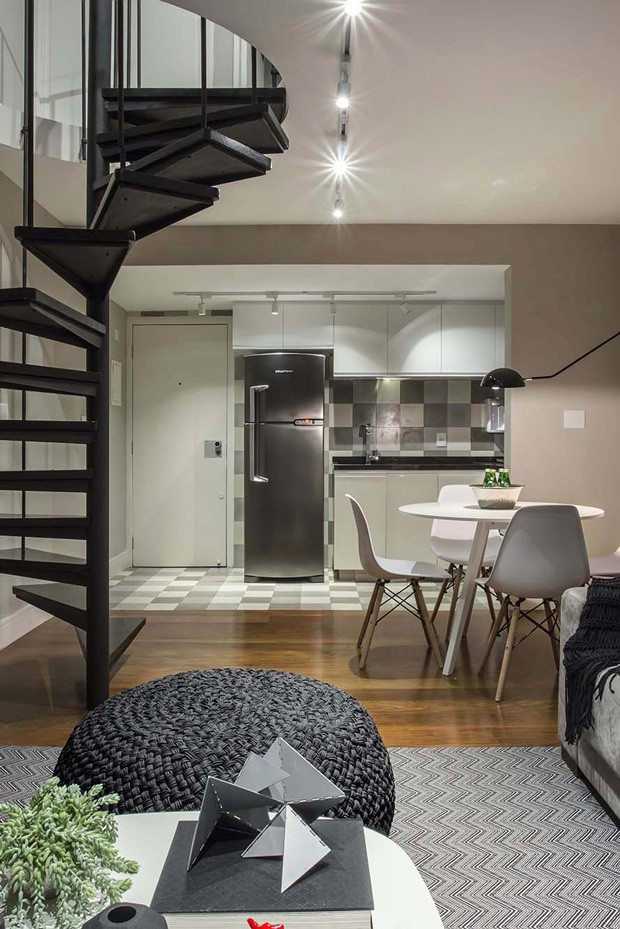 COZINHA INTEGRADA | A cozinha e as salas de jantar e de estar se unem para formar um ambiente só no piso térreo. O piso de madeira é original do ambiente e o revestimento de ladrilho hidráulico é da Ladrilhar (Foto: Mariana Orsi / Divulgação)