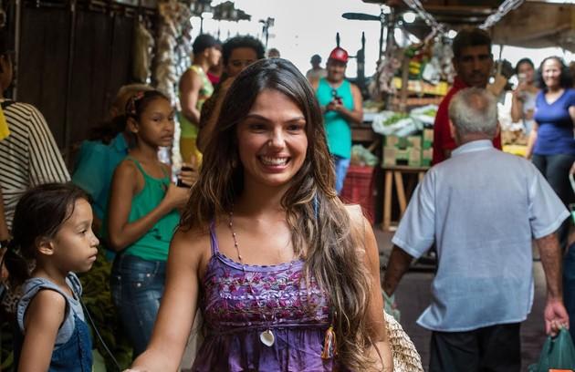 A atriz grava no Mercado Ver-o-Peso, em Belém (Foto: Estevam Avellar/ TV Globo)