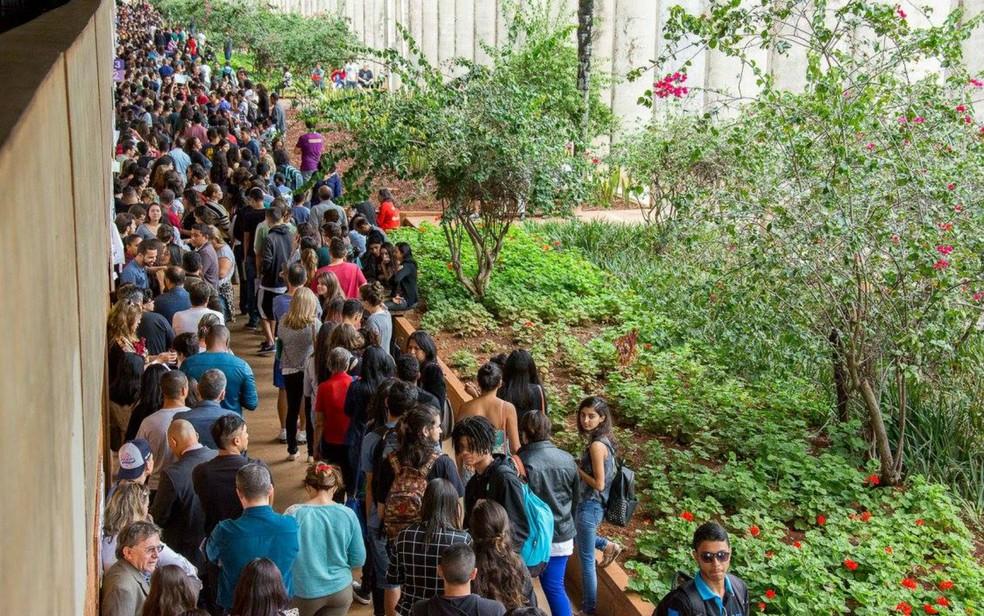 Alunos formam longas filas para cadastro na Universidade de Brasília.  — Foto: Luis Gustavo Prado/Secom UnB