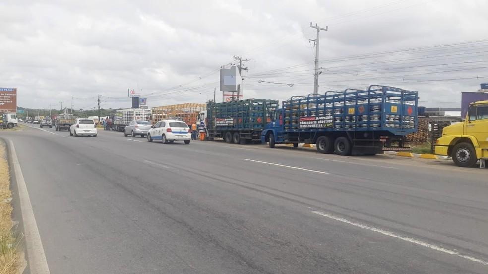 Caminhões foram estacionados na BR-101, em Jaboatão dos Guararapes, no Grande Recife — Foto: Polícia Rodoviária Federal/Divulgação