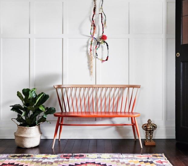 Hall. O kilim geométrico e o cesto de palha que envolve o vaso trazem uma atmosfera étnica para a entrada (Foto: Armelle Habib / Living Inside)