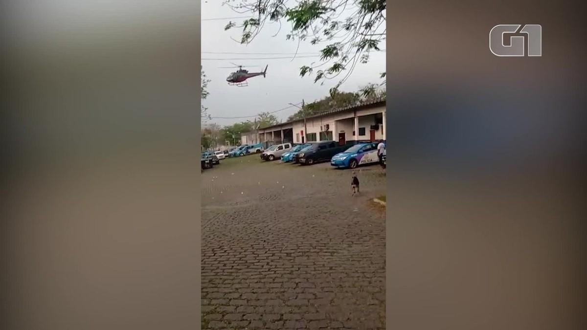 Piloto de helicóptero faz manobra em cima de batalhão da PM na Zona Oeste do Rio após ser rendido por passageiros; VÍDEO