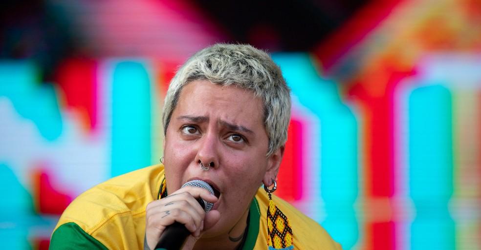 A vocalista Juliana Strassacapa prega a liberdade feminina ao cantar 'Triste, louca ou má' no show de Francisco, El Hombre no Rock in Rio — Foto: Marcelo Brandt / G1