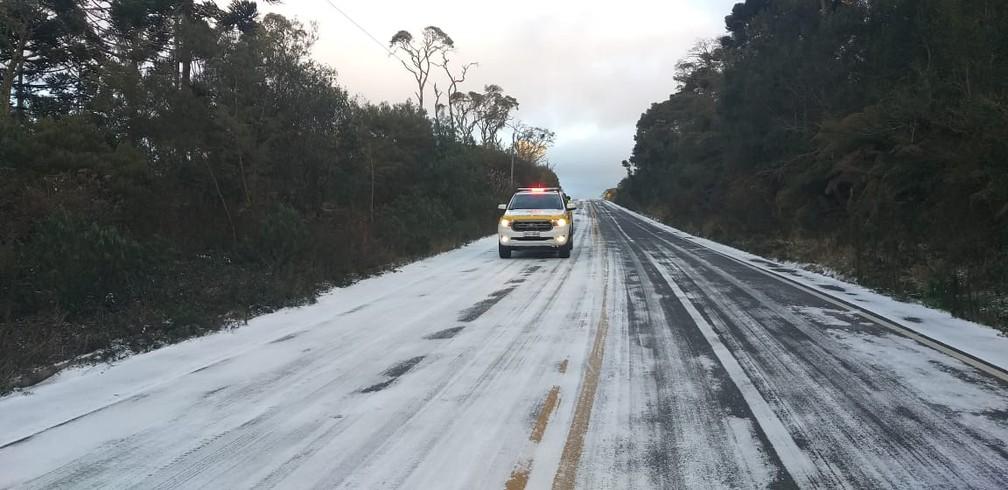 Gelo na pista na manhã desta quinta-feira (29) interdita rodovias — Foto: PMRv/Divulgação
