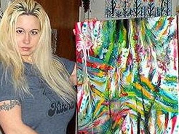 Americana Kira Ayn Varszegi também usa os seios para dar vida às suas telas. (Foto: Reprodução)