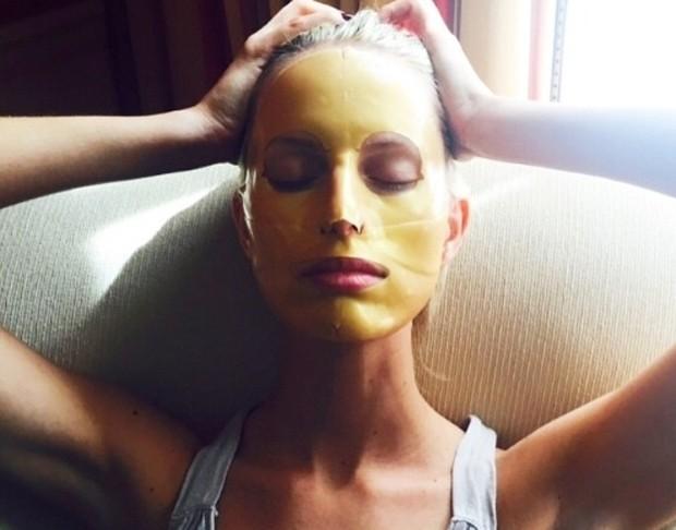 A modelo Karolina Kurkova é fã das máscaras express (Foto: Reprodução / Instagram)
