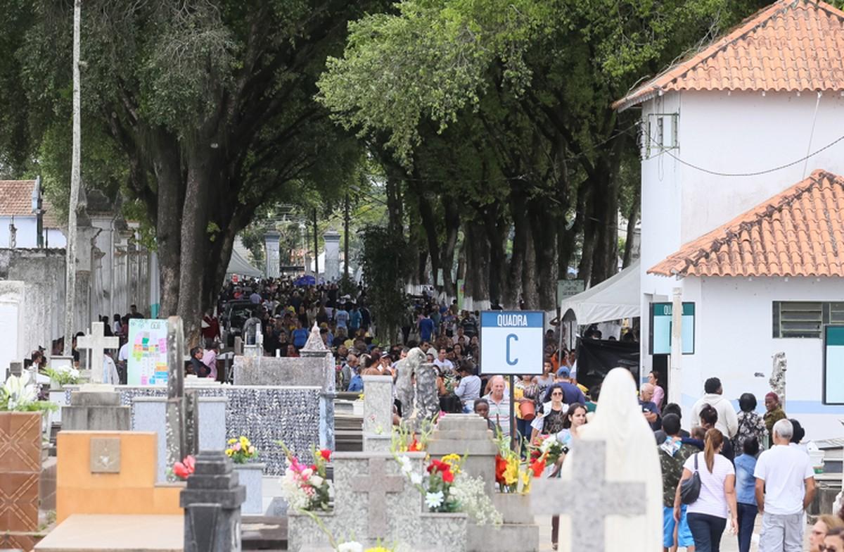 Dia de Finados tem movimento intenso no Cemitério do Caju, em Campos, no RJ