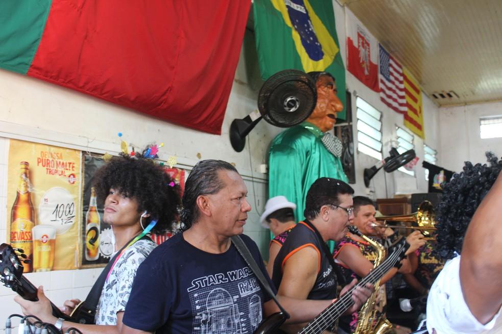 Festa também acontece dentro do Bar do Armando  — Foto: Matheus Monteiro/Rede Amazônica
