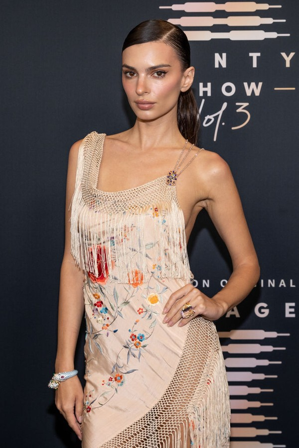 LOS ANGELES, CALIFORNIA - SEPTEMBER 22: In this image released on September 22, Emily Ratajkowski attends Rihanna's Savage X Fenty Show Vol. 3 presented by Amazon Prime Video at The Westin Bonaventure Hotel & Suites in Los Angeles, California; and broadca (Foto: Getty Images for Rihanna's Savag)
