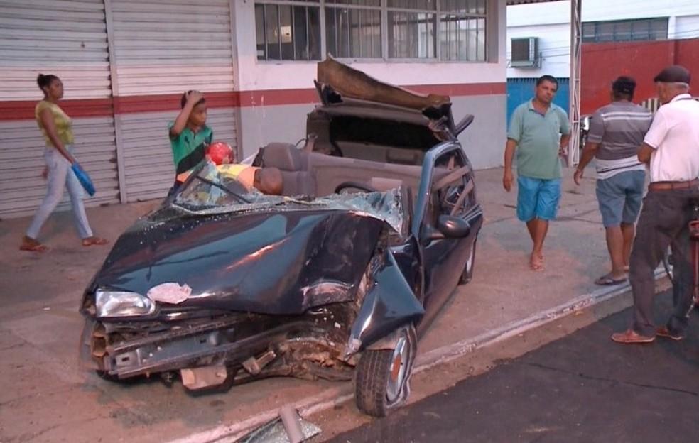 Bombeiros tiveram de serrar parte do veículo para resgatar vítimas. (Foto: Kleiton Martins/ TV Clube)