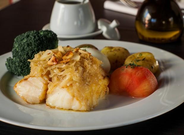 Receita de bacalhau com brócolis, tomate e batata, do Tasca do Zé e da Maria (Foto: Elvis Fernandes/Divulgação)