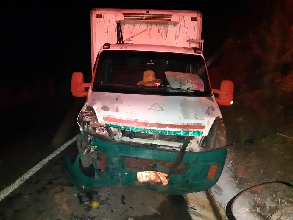 Caminhão invadiu a contramão e bateu em uma caminhonete — Foto: Polícia Rodoviária Federal/ Divulgação