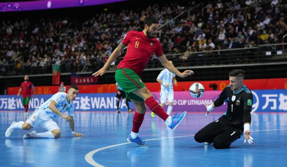 O português Erick tenta encobrir o goleiro Sarmiento  — Foto: Angel Martinez/FIFA