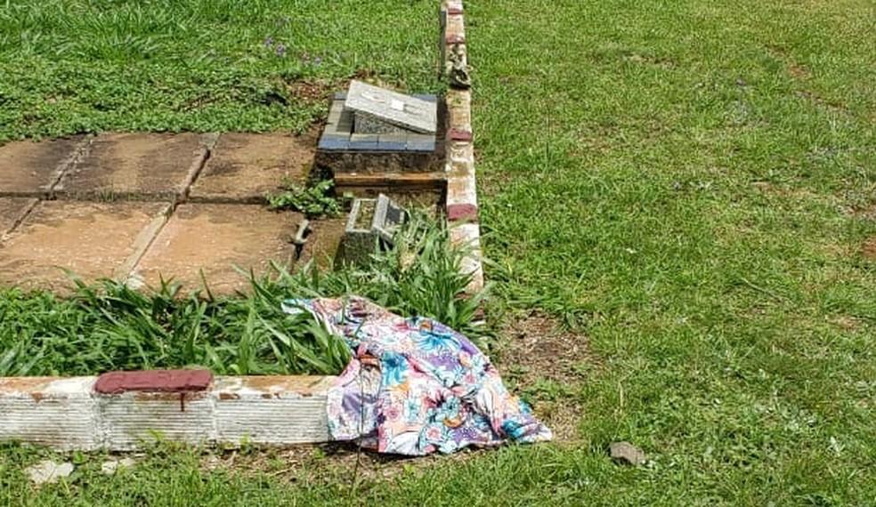 Saia com que a vítima foi enterrada foi encontrada longe do corpo — Foto: Polícia Civil / Divulgação