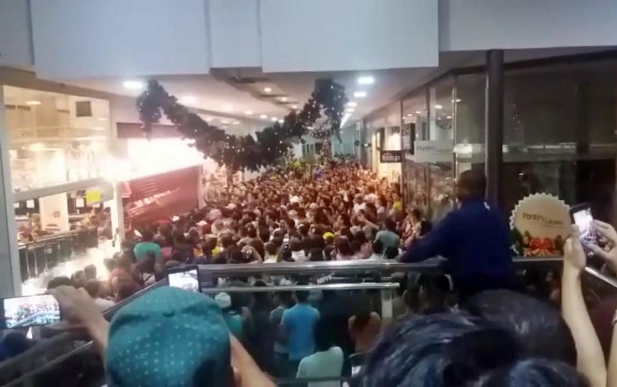 Clientes derrubam porta de loja durante promoção 'Black Friday' na PB