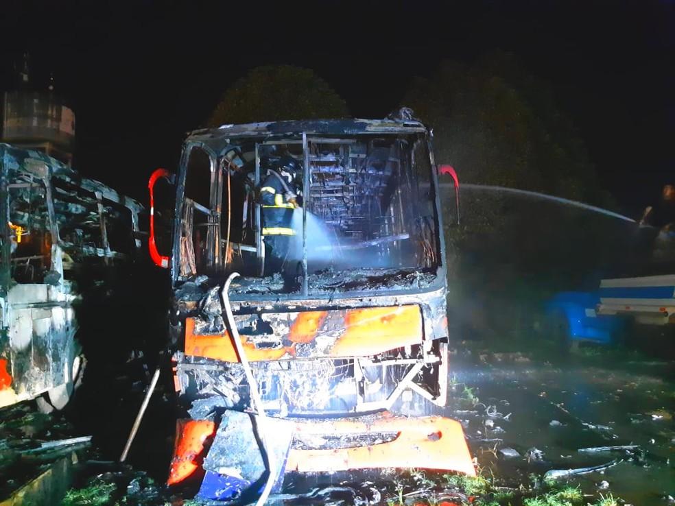Equipes do Corpo de Bombeiros agiram rápido para evitar que outros carros fossem consumidos pelas chamas — Foto: Divulgação/CBMAM
