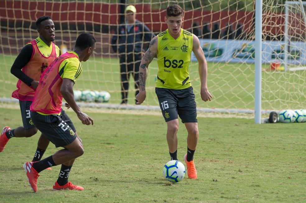 Ronaldo em ação durante treinamento no Ninho do Urubu — Foto: Alexandre Vidal