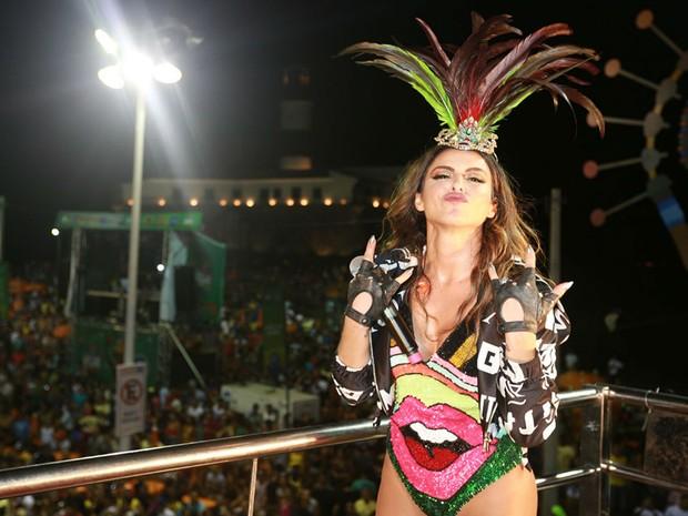 Alinne Rosa começa apresentação no carnaval de Salvador (Foto: Mauro Zaniboni /Ag Haack)