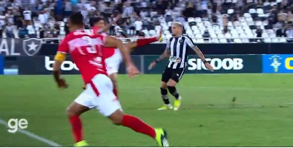 Caetano foi expulso após acertar o rosto de Navarro — Foto: Reprodução SporTV
