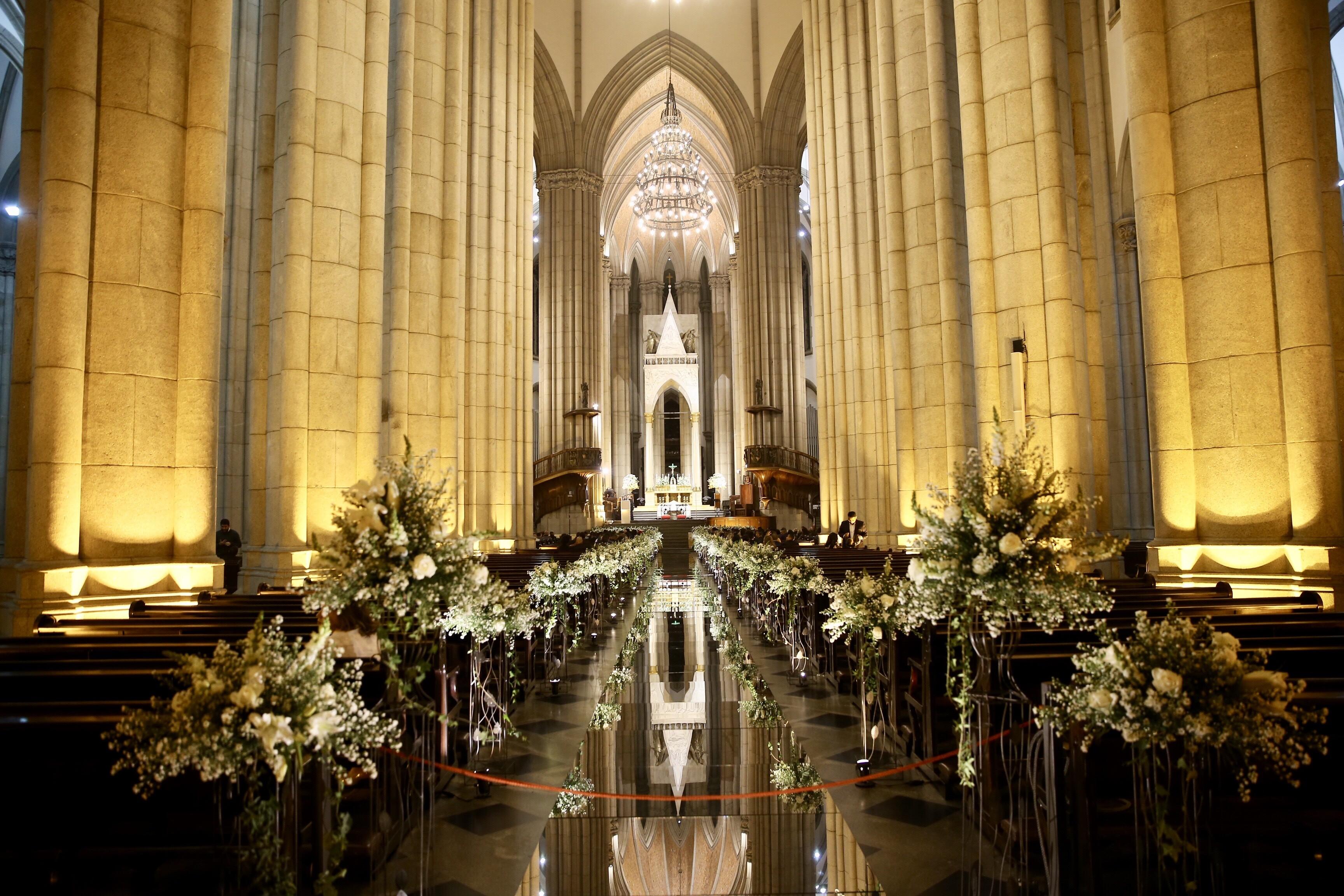 A decoração da igreja com flores e velas brancas (Foto: Manuela Scarpa/Brazil News)