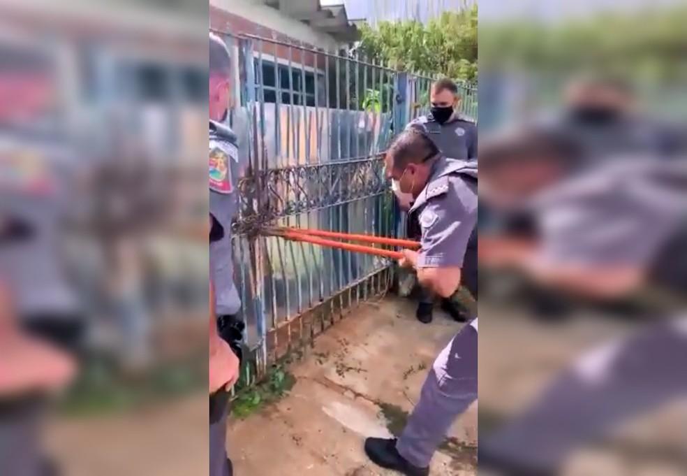 Policiais tiveram de estourar corrente do portão para resgatar homem em situação de abandono dentro de casa com lixo em Avaré — Foto: Polícia Militar/Divulgação