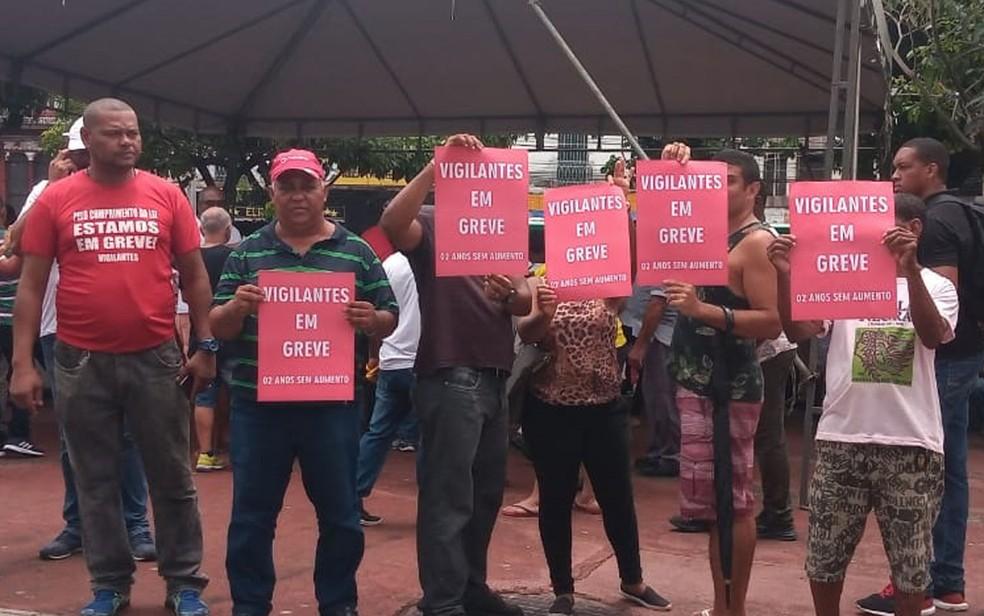 Vigilantes entraram em greve na manhã desta segunda-feira (10).  — Foto: Cid Vaz / TV Bahia
