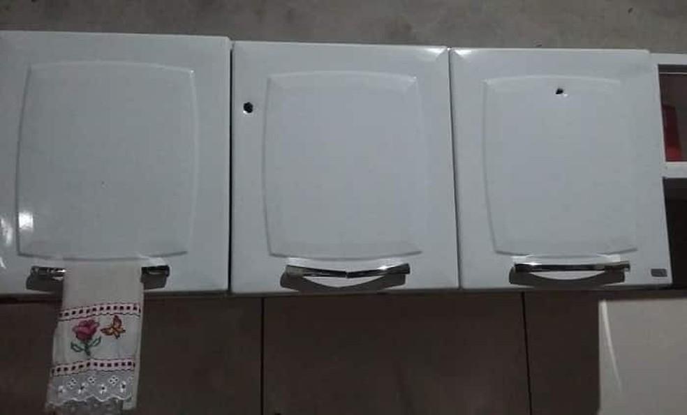Dois disparos atingiram armário de cozinha — Foto: Folha do Bico/Divulgação