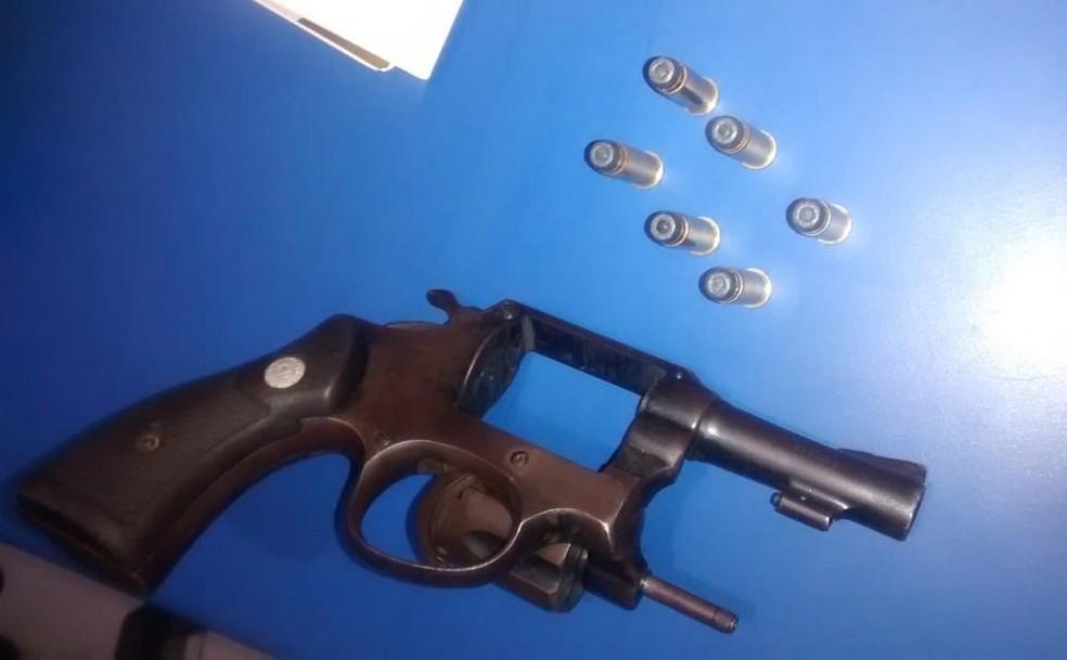 Arma apreendida com o adolescente após revista da PM — Foto: PM/Divulgação