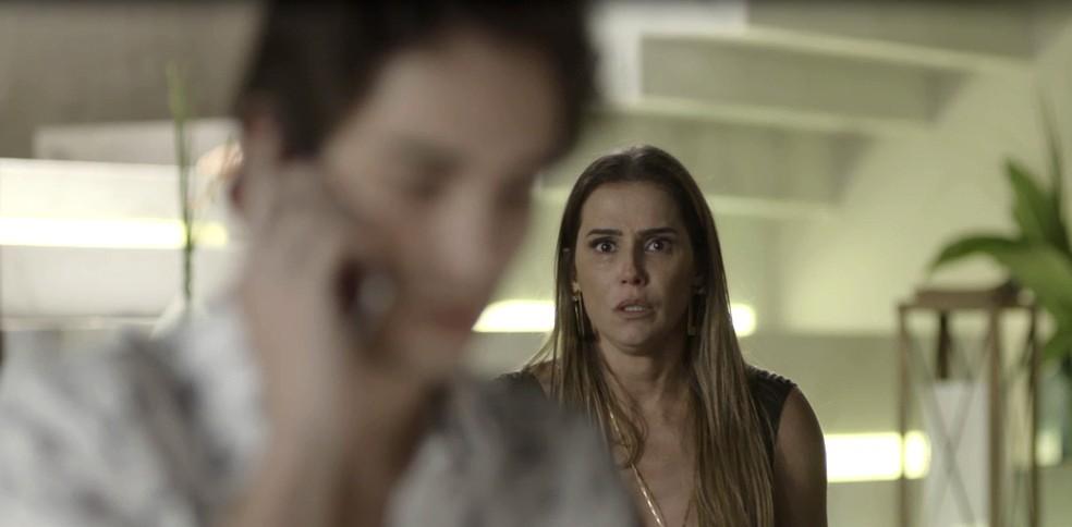 Karola surta ao ver Valentim falando com Rosa ao telefone (Foto: TV Globo)