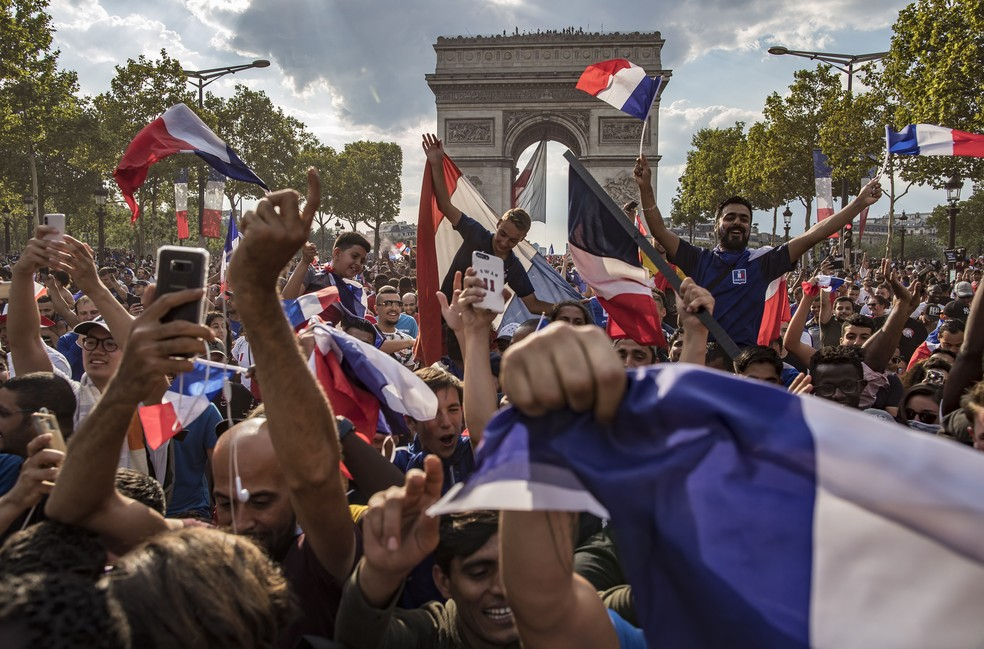 Franceses na Champs Elysees, em Paris (Foto: EFE)