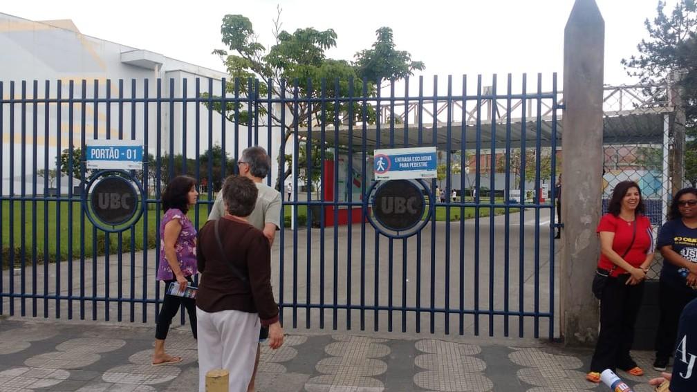 Portões já fecharam para o Enem em Mogi das Cruzes — Foto: Natan Lira/G1