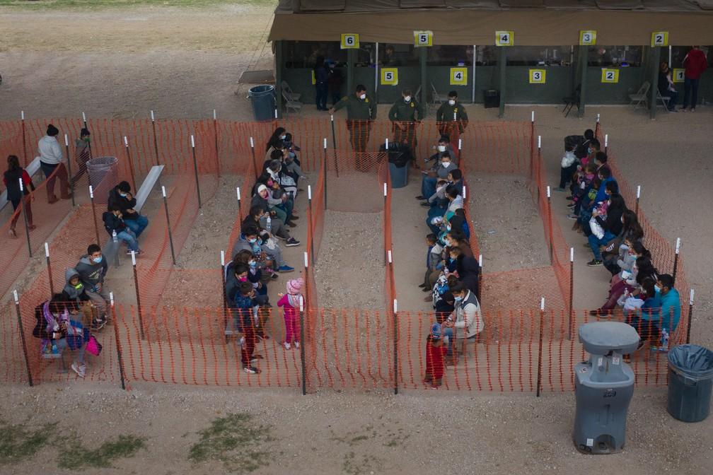 Famílias que tentam migrar para os EUA fazem fila em posto de fronteira perto de Granjeno, no Texas, na quarta-feira (24) — Foto: Adrees Latif/Reuters