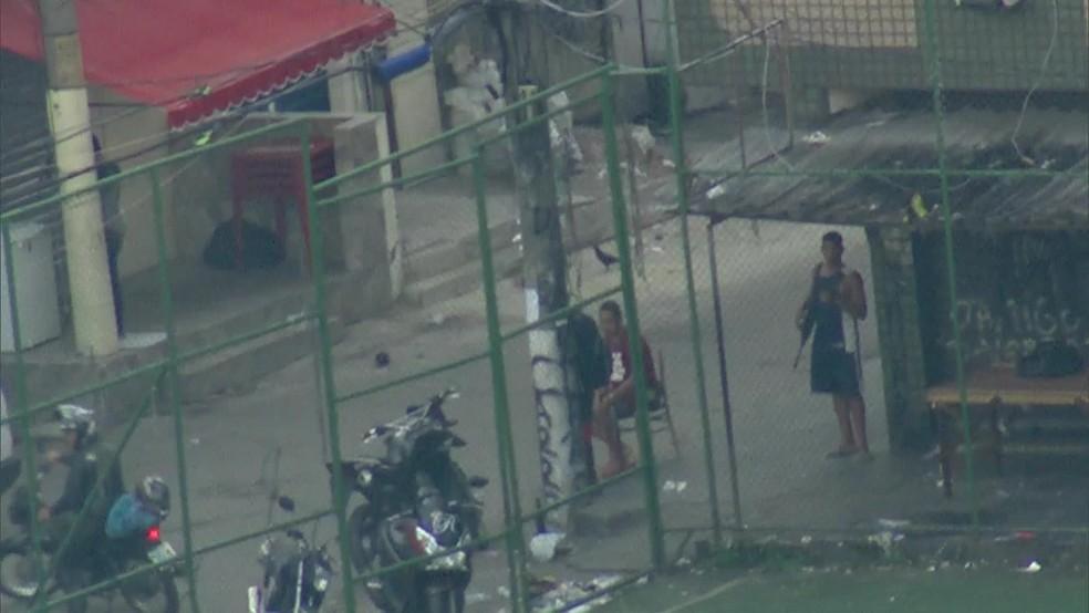 Homem é flagrado com fuzil na Maré, na Zona Norte do Rio (Foto: Reprodução/ TV Globo)