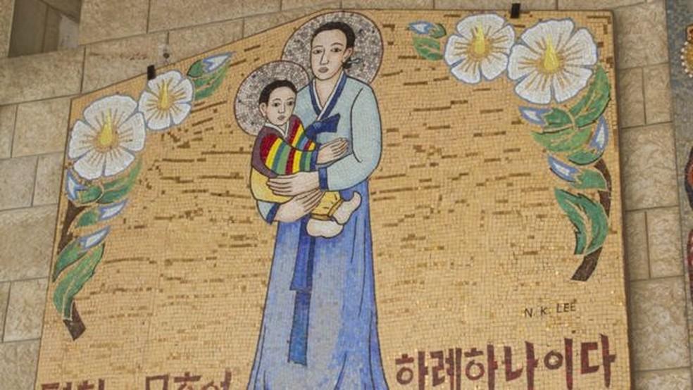 A basílica da Anunciação, em Israel, tem imagens de Maria enviadas por diferentes países do mundo; aqui é como ela seria representada na Coreia do Sul — Foto: Getty Images
