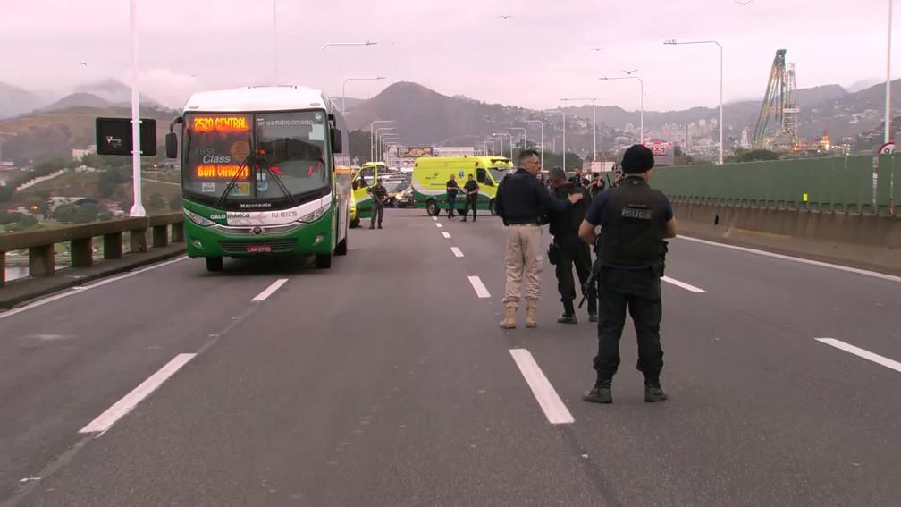 Ônibus da Galo Branco alvo de sequestro — Foto: Reprodução/TV Globo