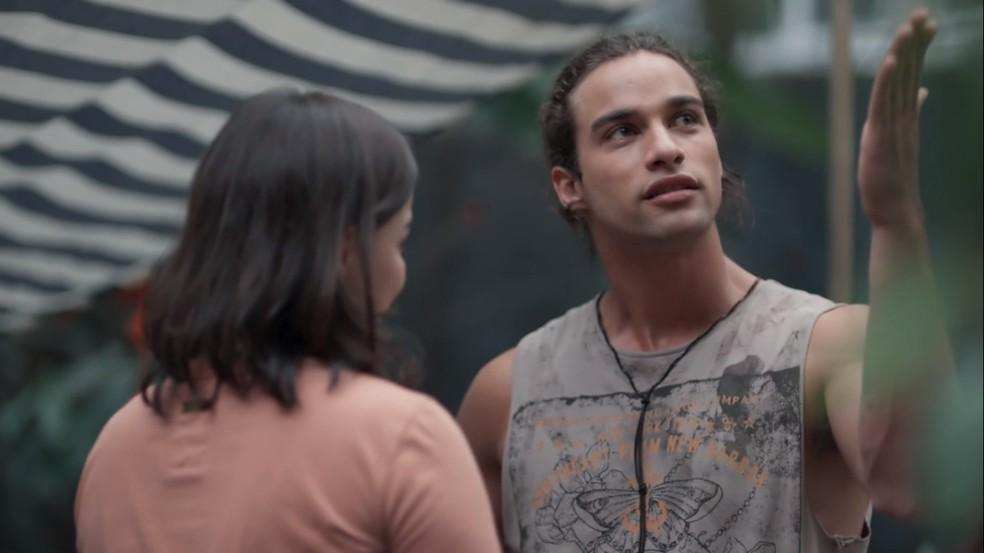 Deco (Pablo Morais) se incomoda com tratamento que Keyla (Gabriela Medvedovski) tem com Tato (Matheus Abreu) — Foto: Globo
