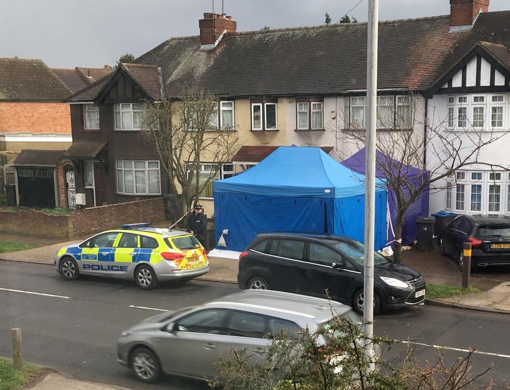 -  Imagem mostra atividade policial nesta terça-feira  13  em uma casa em Londres, parte de investigação da morte inexplicada de um homem identificado p