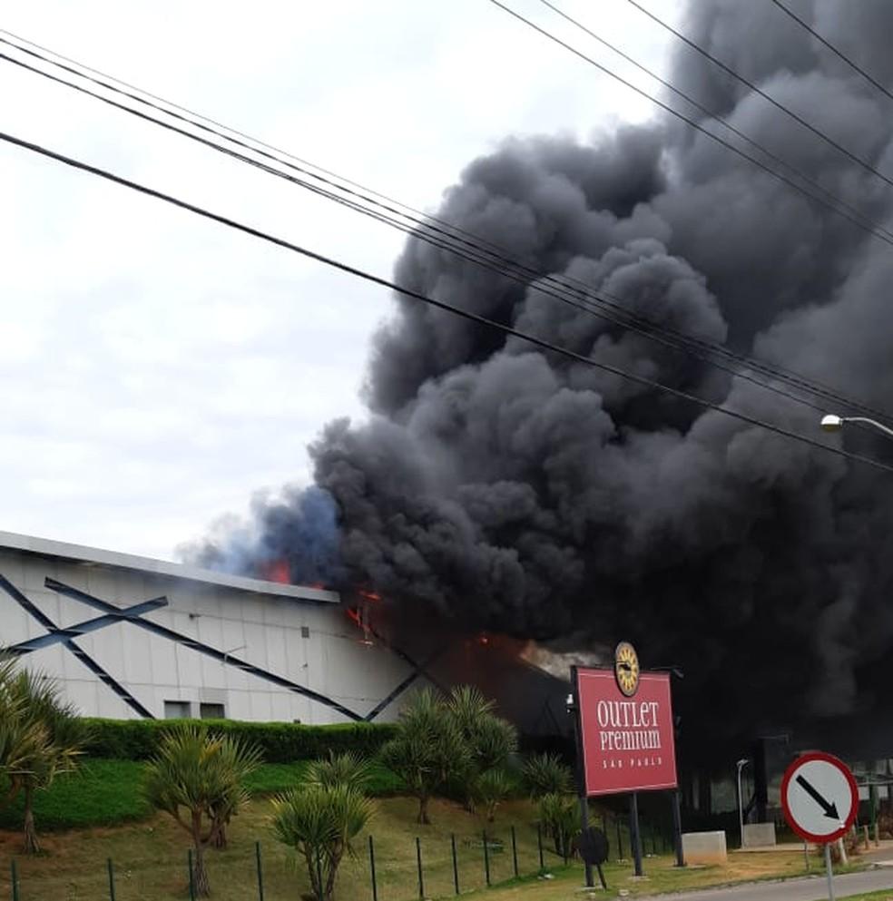 Fumaça de incêndio no Outlet Premium de Itupeva pode ser vista de longe — Foto: Valdeir Marques dos Santos/Arquivo pessoal