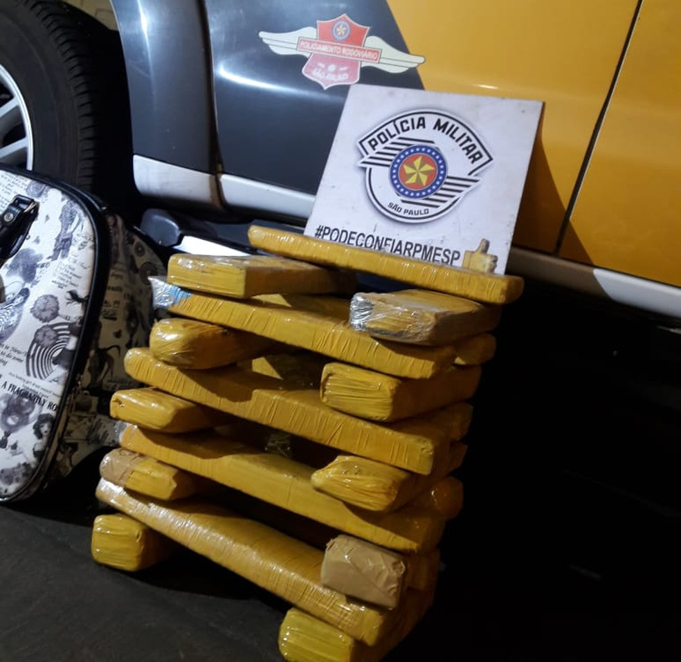 Droga estava na bagagem do passageiro abordado em Presidente Epitácio (Foto: Polícia Militar Rodoviária/Cedida)