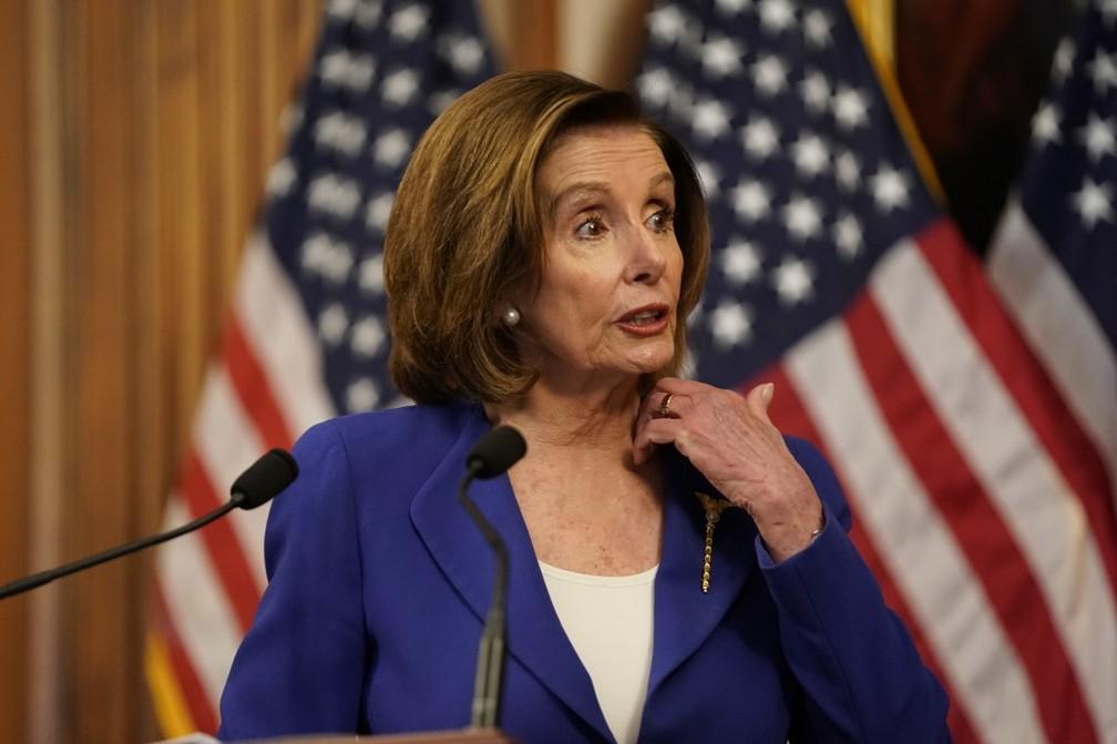 A líder da Câmara dos Representantes dos Estados Unidos, Nancy Pelosi, em coletiva na sexta-feira, 27 de março. — Foto: Alex Edelman/AFP