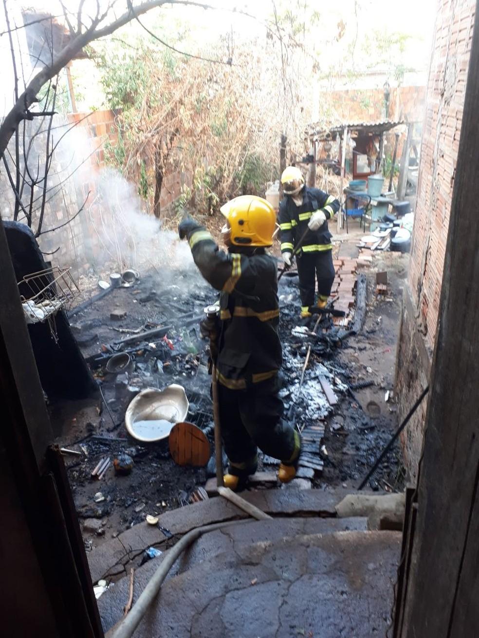 Bombeiros fizeram rescaldo das paredes  (Foto: Bombeiros)