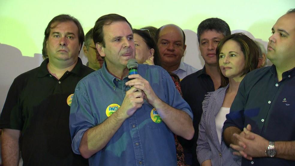 Eduardo paes ao lado de Rodrigo Maia durante convenção para lançamento da candidatura ao Governo do Rio (Foto: Reprodução/TV Globo)