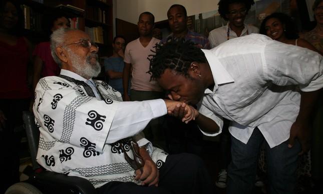 O ator Érico Bras beija a mão de Abdias do Nascimento, em evento de 2010